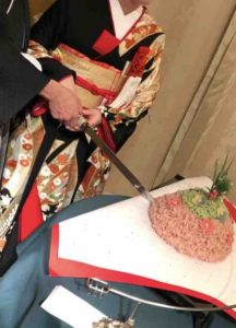 熱田神宮での披露宴でいただいた、蓬莱山に2人でケーキ入刀。