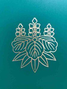 熱田神宮会館で結婚式準備に使うファイルに刻印された神紋(五七桐竹紋)