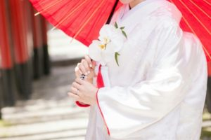 赤い傘を持った白無垢の花嫁さん。