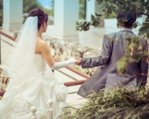 ウェディングドレスとタキシード、結婚式のイメージ画像。