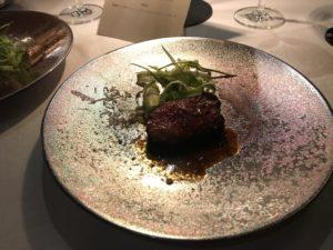 KAWABUNの誕生日ディナーのスペシャルコース、飛騨牛モモ肉のコンフィアスパラガスとペコリーノチーズ
