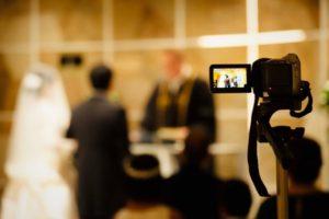 結婚式の様子を撮影する画像